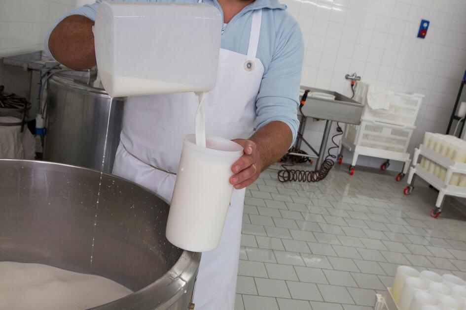 Cascina Vellero - La lavorazione del latte